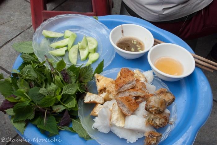 Pranzo per strada ad Hanoi