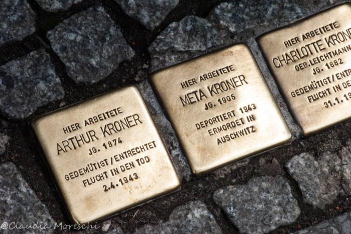 Le Stolpersteine, con i nomi degli Ebrei deportati