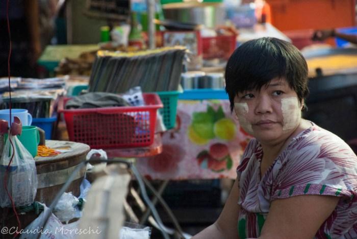Venditrice di strada a Yangon