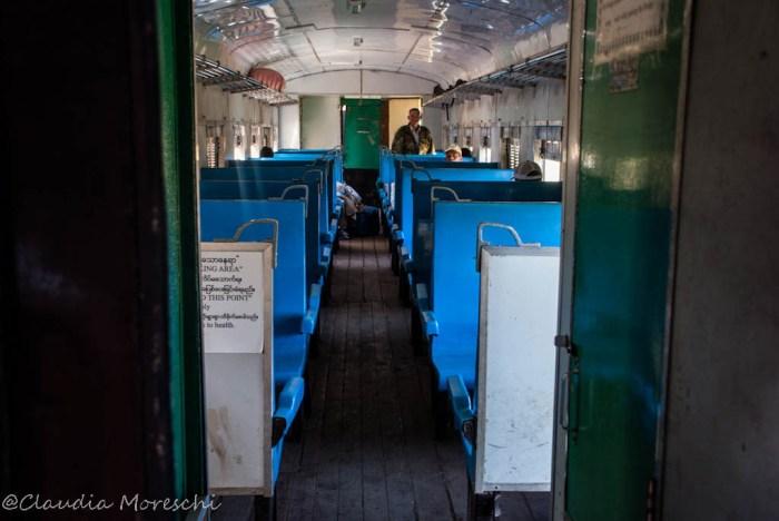 L'interno di un treno birmano