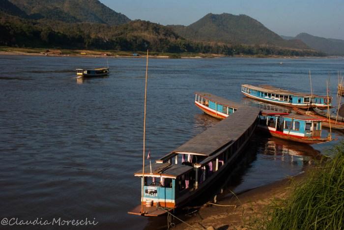 in navigazione lungo il mekong