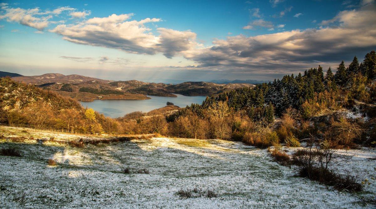 Η Λίμνη Πλαστήρα με χιόνια γύρω της