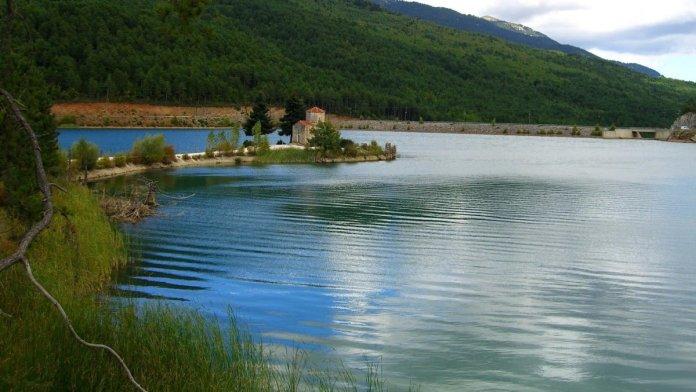 Λίμνη Δόξα με εκκλησάκι στη νησίδα που θυμίζει Ελβετία