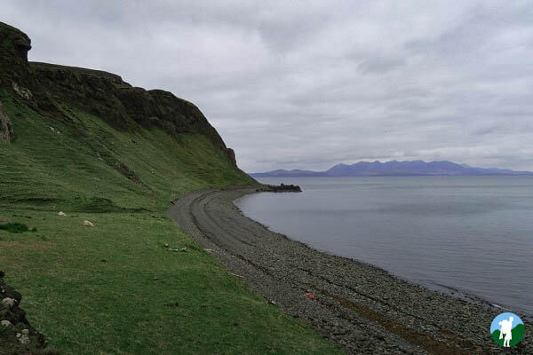 the rocky beach at canna skye wildlife boat tours