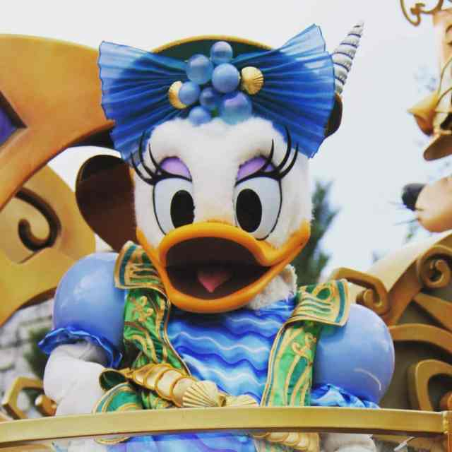 We love your 25th anniversary outfit Daisy!