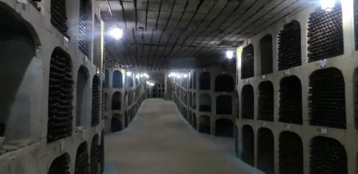 Sticle de vin păstrate la Milestii Mici, crame din Moldova