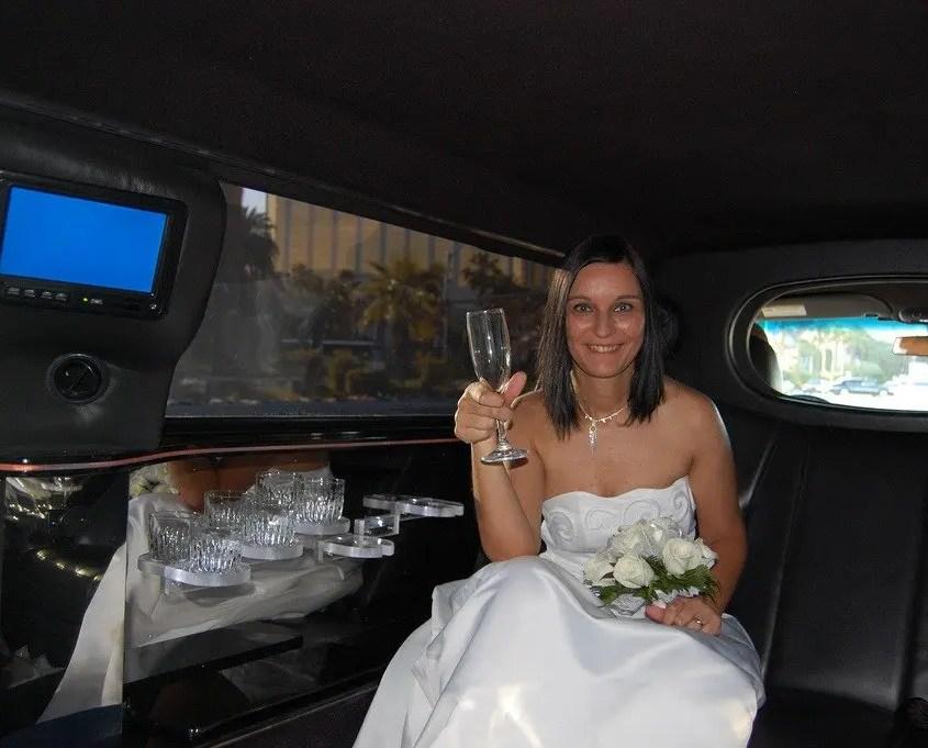 Claudia che brinda nella limousine a las vegas