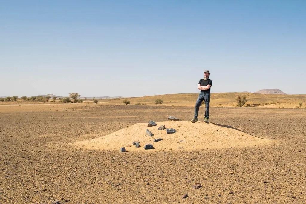 Gabri su un dunetta segna-pista della Parigi-Dakar