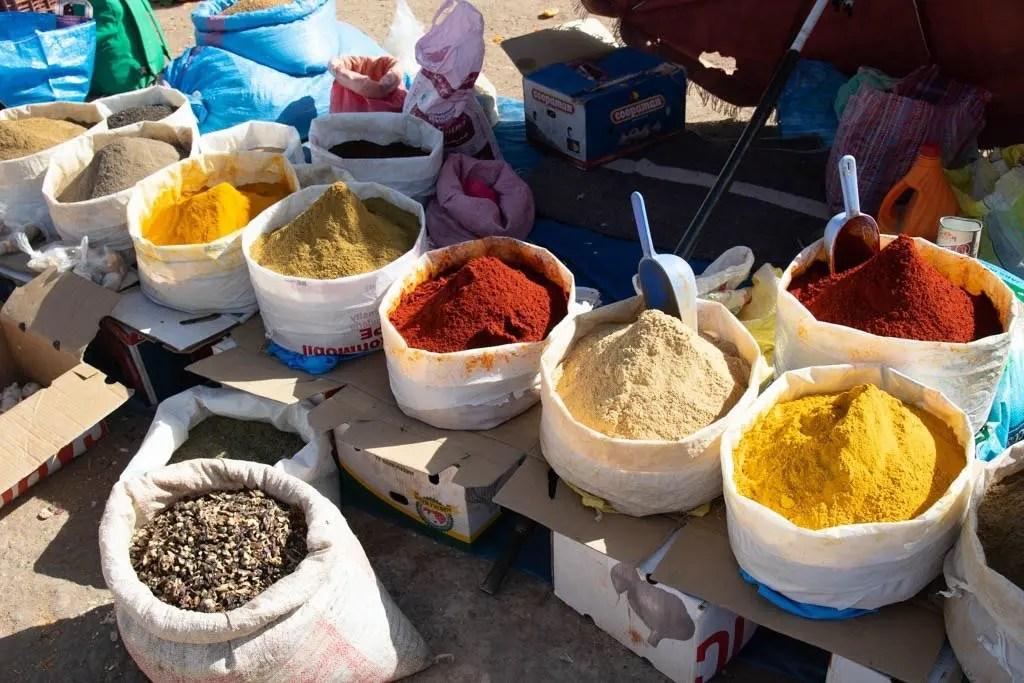 Spezie in vendita al Souk di Akka: una fermata del nostro tour in Marocco in 4x4