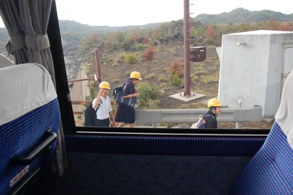 i bambini con il casco giallo