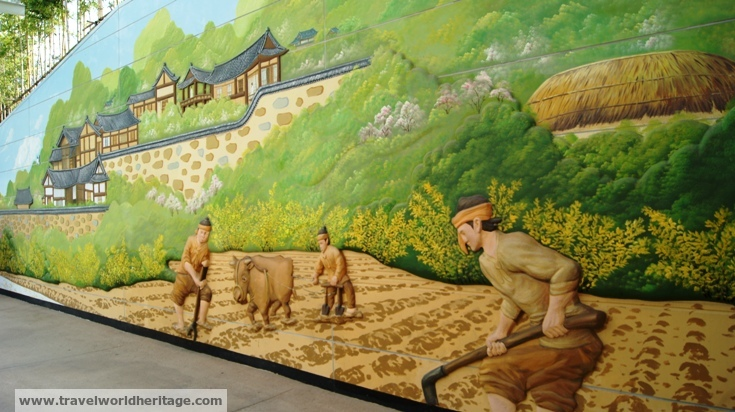 This 3D mural is actually huge and runs on both sides of the entrance tunnel.