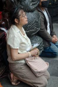 TiawanTemples-woman praying