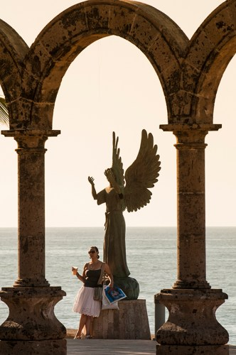Los Arcos and Angel of Hope and Messenger of Peace sculpture on the Malecon