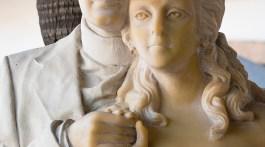Richard Burton and Elizabeth Taylor statue at La Fuente del Puente Restaurant & Bar