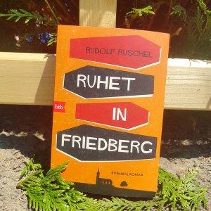 Ruhet in Friedberg in der Erde vor einem Holzzaun