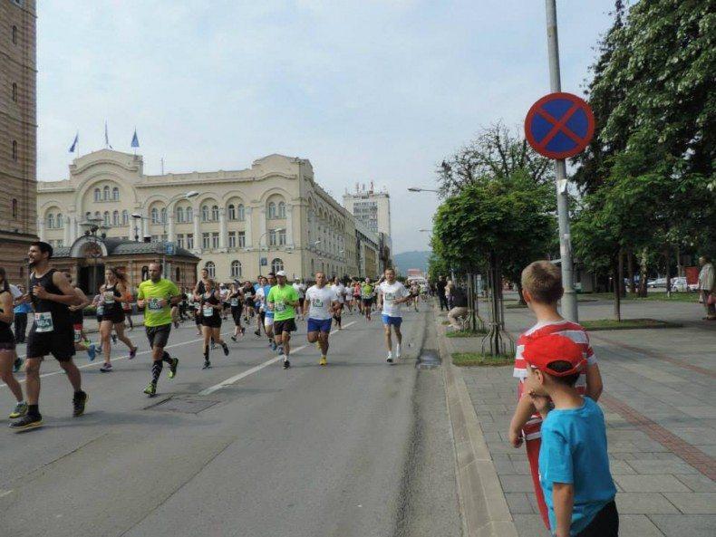 deca glledaju dok trkači kreću da osvajaju 21km
