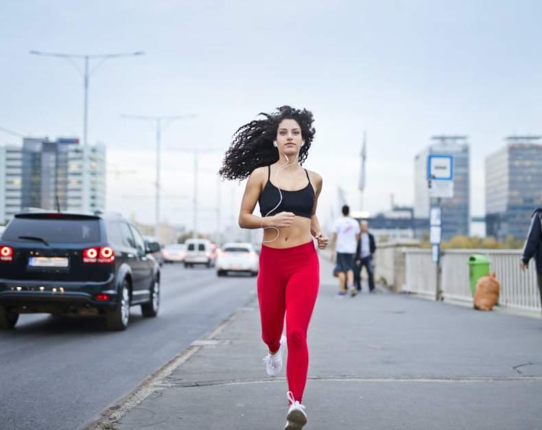 žene trče uicama srbije