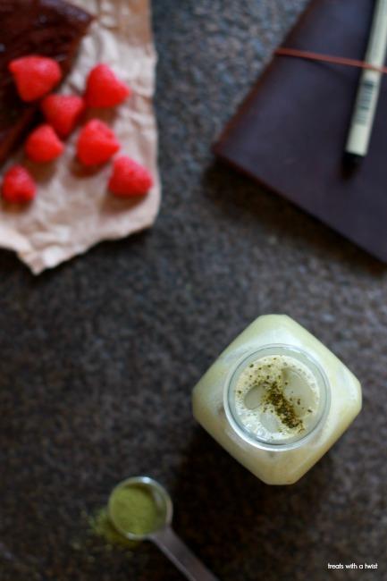 Iced Vanilla Matcha Latte // tretaswithatwist.com