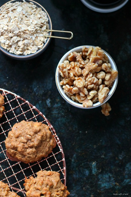 Apple Cinnamon Oatmeal Cookies // gluten free // treatswithatwist.com