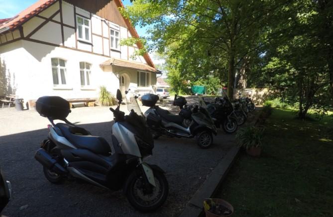 Motorroller im Schatten