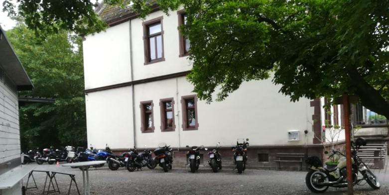 Motorräder vor Villa Löwenherz