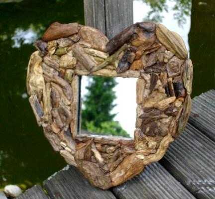 Spiegel aus Treibholz in Herzform
