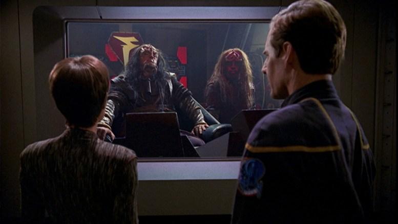 T'Pol e Archer conversando com klingons