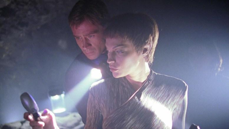 T'Pol e Tucker em uma caverna