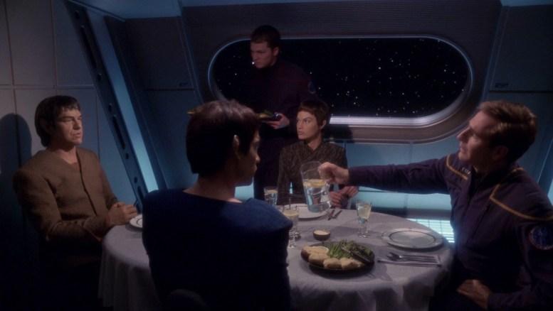 Vulcanos Tavin e Tolaris jantando com Archer e T'Pol