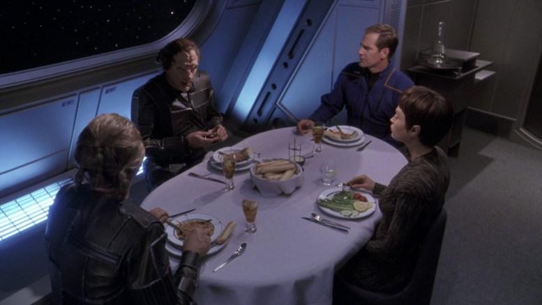 Firek Goff e Firek Plinn jantando com Archer e T'Pol