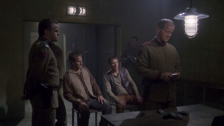 Archer e Reed sendo interrogados por força militar de planeta alienígena