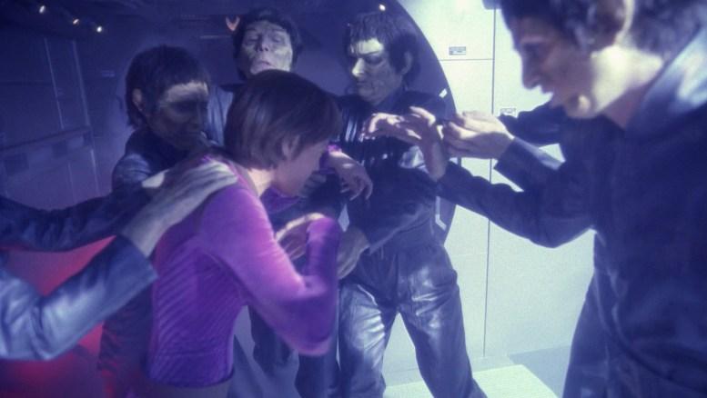 T'Pol sendo atacada por vulcanos zumbis em sonho