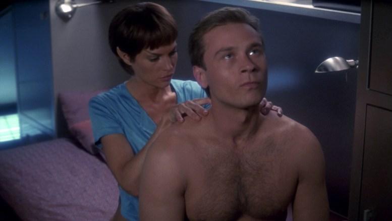 T'Pol fazendo massagem no Tucker
