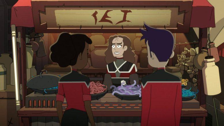 Mariner e Boimler conversam com uma klingon