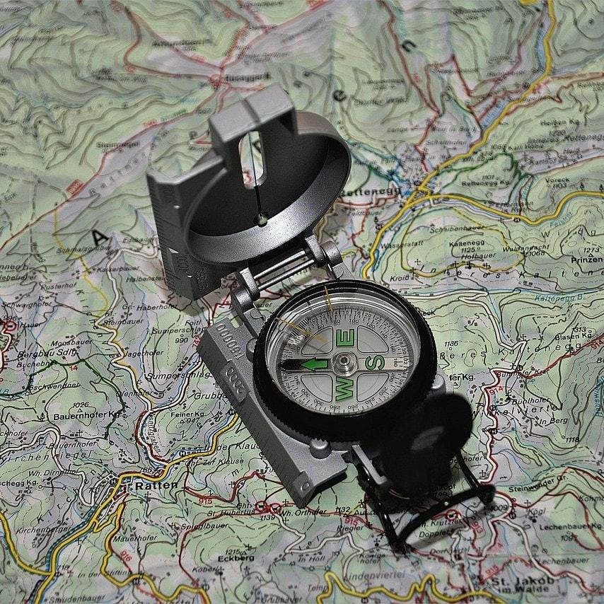 boussole et carte de randonnée et trek
