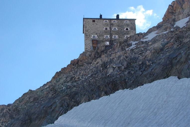 Альпийская хижина Бранденбургерхютте на вершине Даманшпитце в Эцтальских Альпах