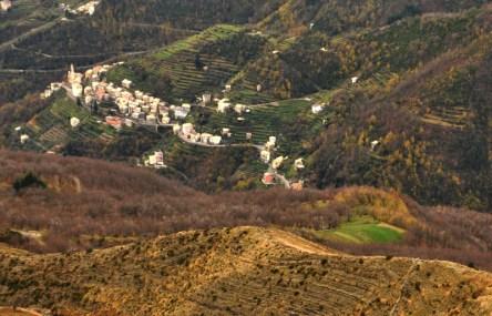 Lo splendido villaggio di Lorsica in Val Fontanabuona, vista dal Monte Ramaceto - Alta Via dei Monti Liguri.