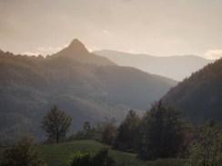 Veduta sulla Val Ceno da Lacore. Spicca il groppo della Rocca di Varsi da una insolita angolazione.