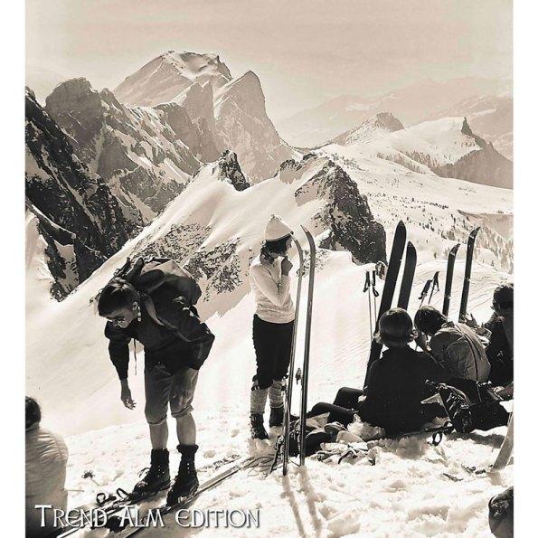 Foto auf Leinwand Pause einer Skitour in den winterlichen Bergen 50x50 cm in creme