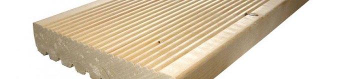 Taras przy domu można wykonać z różnych materiałów. Do dyspozycji są między innymi płytki ceramiczne, kostka brukowa czy materiały kompozytowe. W sprzedaży znajdują się również deski drewniane tarasowe, które wybierane są często przez wielbicieli natury.