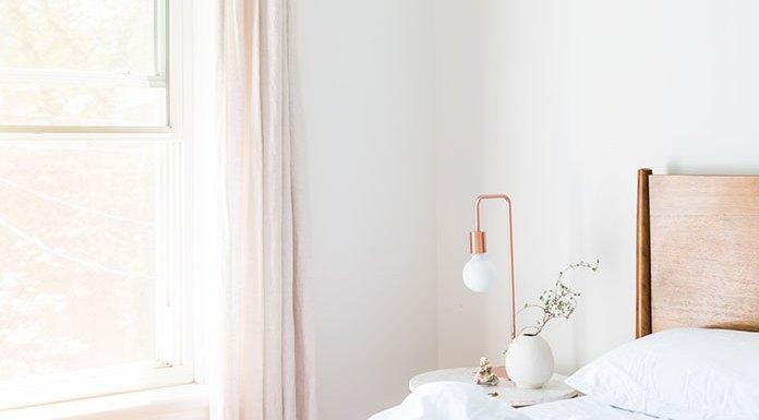 Jak dobrać podłogę w białej sypialni