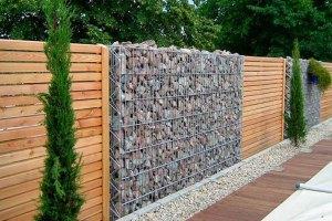 Bezpiecznie i estetycznie – drewniany płot osłonowy najlepszym rozwiązaniem dla domu?