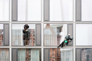 Jak umyć wysokie okna bez smug i polerowania?
