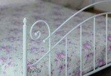Lampa podłogowa - klimatyczna sypialnia dla każdego