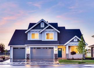 dom z bramą garażową