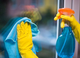 Jakie środki chemiczne i akcesoria wybrać do mycia okien