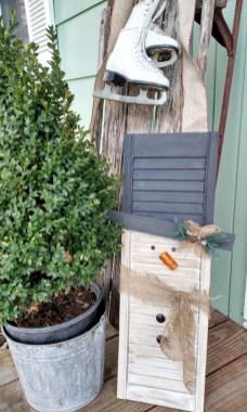 Inspiring Farmhouse Christmas Porch Decoration Ideas 08