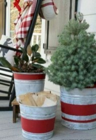 Inspiring Farmhouse Christmas Porch Decoration Ideas 12