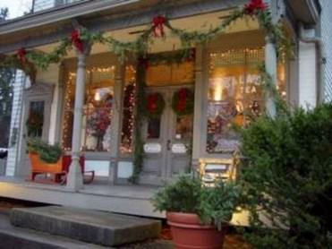 Inspiring Farmhouse Christmas Porch Decoration Ideas 14