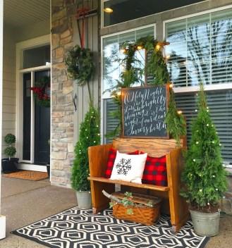 Inspiring Farmhouse Christmas Porch Decoration Ideas 18